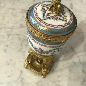 Grand pot en porcelaine pour Pot pourri monture en bronze doré