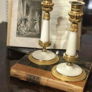 Paire de bougeoirs en bronze doré et marbre blanc